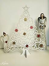 Biely drevený vianočný stromček s červeno-zlatými ozdobami