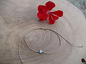 Náramky - jednoduchý šnúrkový náramok s hematitovým srdcom (Béžová) - 8781093_