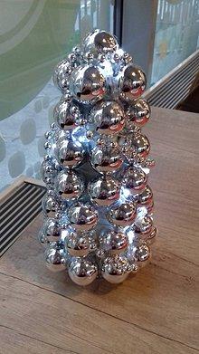 Dekorácie - malý strieborný svietiaci vianočný stromček - 8774665_