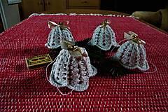 Dekorácie - Háčkované zvončeky so svetlo-zlatou stuhou - 8784165_