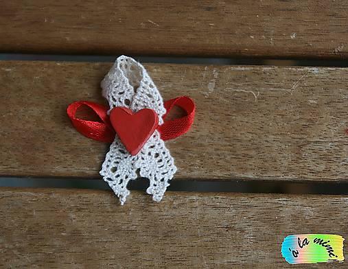 Svadobné pierko Čipkovanočervené s ručne modelovaným srdiečkom
