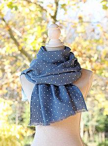 Šatky - Bodkovaná ľanová šatka jeansovo-modrej farby s koženým remienkom - 8791423_