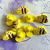 Gombík drevený včielka 1,5 x 2,0 cm