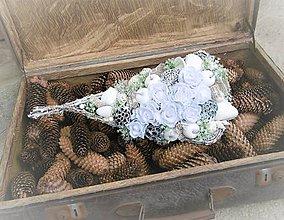 Dekorácie - Zimná dekorácia s bielymi ružami,.... - 8798057_