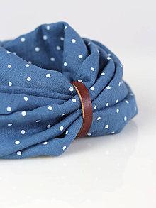 Šály - Elegantný modrý bodkovaný nákrčník z ľanu s koženým remienkom - 8802327_