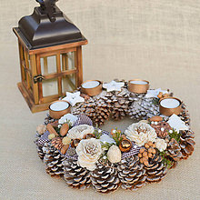 Dekorácie - Adventný veniec zo šišiek so stromčekmi - 8799716_