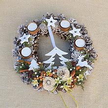 Dekorácie - Adventný veniec zo šišiek so stromčekom - 8799774_