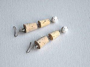 Náušnice - korkové s bielymi lávovými korálkami - 8804750_