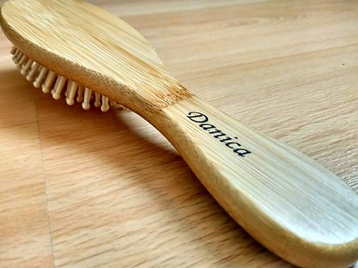 Bambusová kefa na vlasy s vlastným menom   bambooska - SAShE.sk ... 59254a77f7b