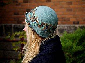 Čiapky - Bledo modrý plstený klobúk s hodvábnymi kúskami - 8815058_