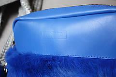 Kabelky - Koženo- kožušinová kabelka CROSSBODY- KRÁĽOVSKÁ MODRÁ - 8812175_
