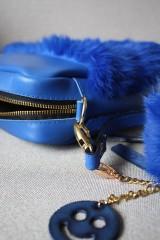 Kabelky - Koženo- kožušinová kabelka CROSSBODY- KRÁĽOVSKÁ MODRÁ - 8812178_