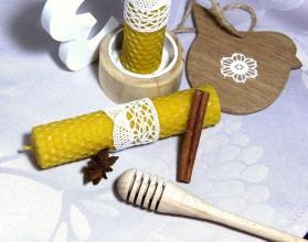 Svietidlá a sviečky - sviečka z vosku s čipkou - 8820344_