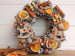 Dekorácie - šiškový vianočný veniec so škoricou - 8818697_