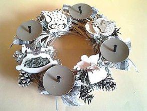 Dekorácie - šedo-biely adventný veniec s drevenými dekoráciami - 8819692_