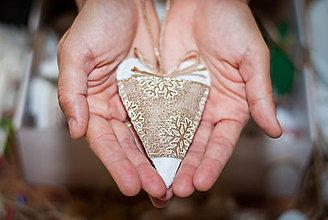 Dekorácie - Vianočné srdiečka so zlatými snehovými vločkami - 8819899_