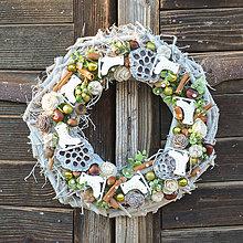 Dekorácie - Vianočný veniec na drevenom podklade - 8822513_