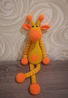 Hračky - Háčkovaná žirafa so srdiečkom - 8820388_