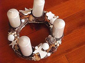 Dekorácie - Biely adventný veniec s anjelikom a krídlami - 8817189_