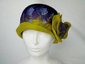 Čiapky - Vintage klobúk s kvetom, plstený z Merino vlny, fialovo-zelený - 8828513_