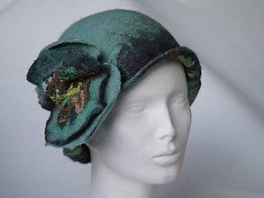 Čiapky - Plstený klobúk s hodvábnym kvetom, bledomodrý - 8828549_