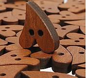 Gombík drevený srdiečko 2,1 x 1,6 cm