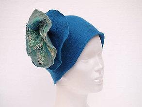 78dce104d Čiapky - Modrý vlnený klobúk s hodvábnym kvetom. Jemná Merino vlna, hodváb.  -