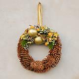 Dekorácie - Šiškový vianočný venček na dvere - 8828723_