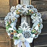 Vianočný veniec na dvere so stromčekom