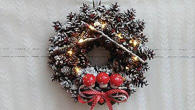 Dekorácie - Vianočný veniec so svetlami ...hríbiky - 8839494_