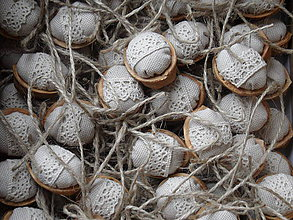 Dekorácie - Oriešky  natur, čipka a juta - 8839224_