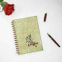 Papiernictvo - Zelený zápisník so slovom adore, čiernym ornamentom a červenými perličkami - 8843207_