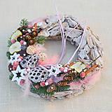 Dekorácie - Prírodný drevený vianočný veniec - 8840346_
