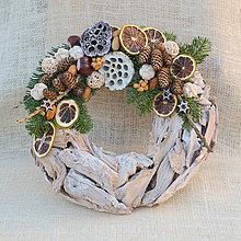 Dekorácie - Prírodný drevený vianočný veniec - 8840319_