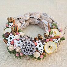 Dekorácie - Prírodný drevený vianočný veniec - 8840331_