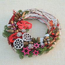 Dekorácie - Prírodný drevený vianočný veniec - 8840364_