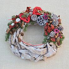 Dekorácie - Prírodný drevený vianočný veniec - 8840378_