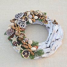 Dekorácie - Prírodný vianočný veniec s limetkou a hviezdami - 8840395_