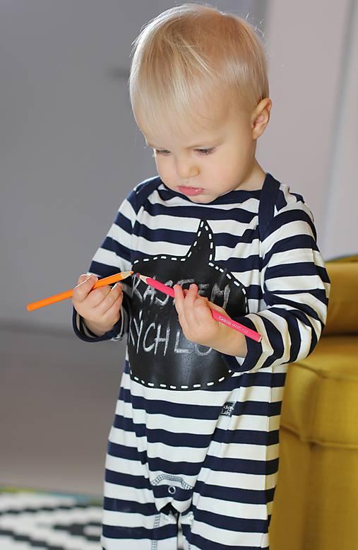 detský overal s tabuľou na brušku