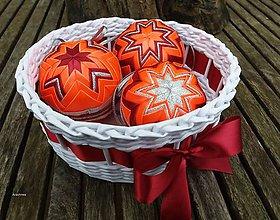Dekorácie - Oranžovo bordové vianočné gule v košíčku (3 kusy + košíček) - 8858782_