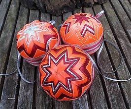 Dekorácie - Oranžovo bordové vianočné gule v košíčku (3 kusy) - 8858825_