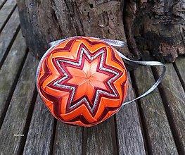 Dekorácie - Oranžovo bordové vianočné gule v košíčku (vzor č.2) - 8858861_