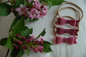 Detské doplnky - Dievčenská nylonová čelenka – ružová glitrová mašlička - 8867650_