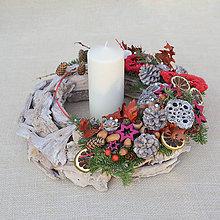 Dekorácie - Prírodný drevený vianočný veniec - 8862376_