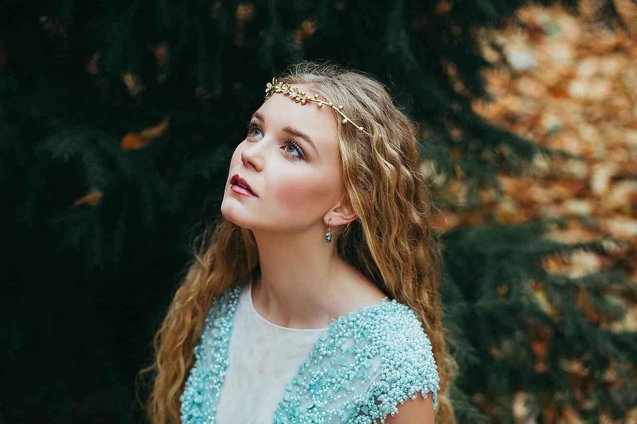 Ozdoby do vlasov - Jednoradová mosadzná čelenka so zlatými kvetmi a guličkami-Slavianka - 8869180_