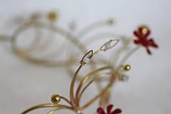 Ozdoby do vlasov - Jedinečná mosadzná čelenka s červenými kvetmi, mesačnými kameňmi a guličkami - Slavianka - 8876164_