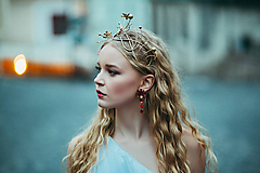 Ozdoby do vlasov - Jedinečná mosadzná čelenka s červenými kvetmi, mesačnými kameňmi a guličkami - Slavianka - 8876175_