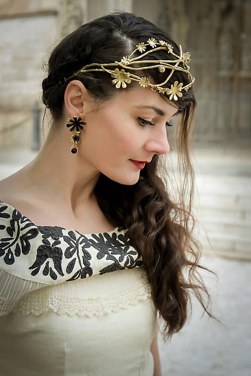 Mosadzný konárikový venček so zlatými kvetmi a guličkami - Slavianka