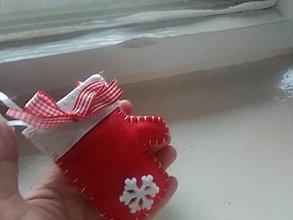 Dekorácie - Vianočná rukavička - ozdôbka (červená) - 8876961_