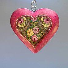 Iné šperky - Drevený prívesok na kabelku – ružové srdce Folkový motív - 8879484_